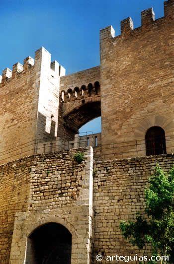 CASTLES OF SPAIN - Morella, además del castillo, conserva un conjunto de fortificaciones y amurallamientos en anillo de varios kilómetros de longitud que rodean el peñón sobre el que se asienta el castillo. El castillo se encuentra muy dañado como consecuencia del fuego artillero de las tropas liberales contra las fuerzas carlistas del general Cabrera, acantonadas en el castillo.