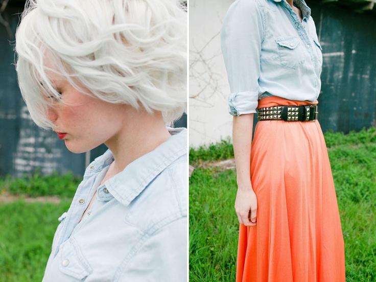 Me encanta el cinturón de tachuelas sobre la falda color naranja-melocotón.