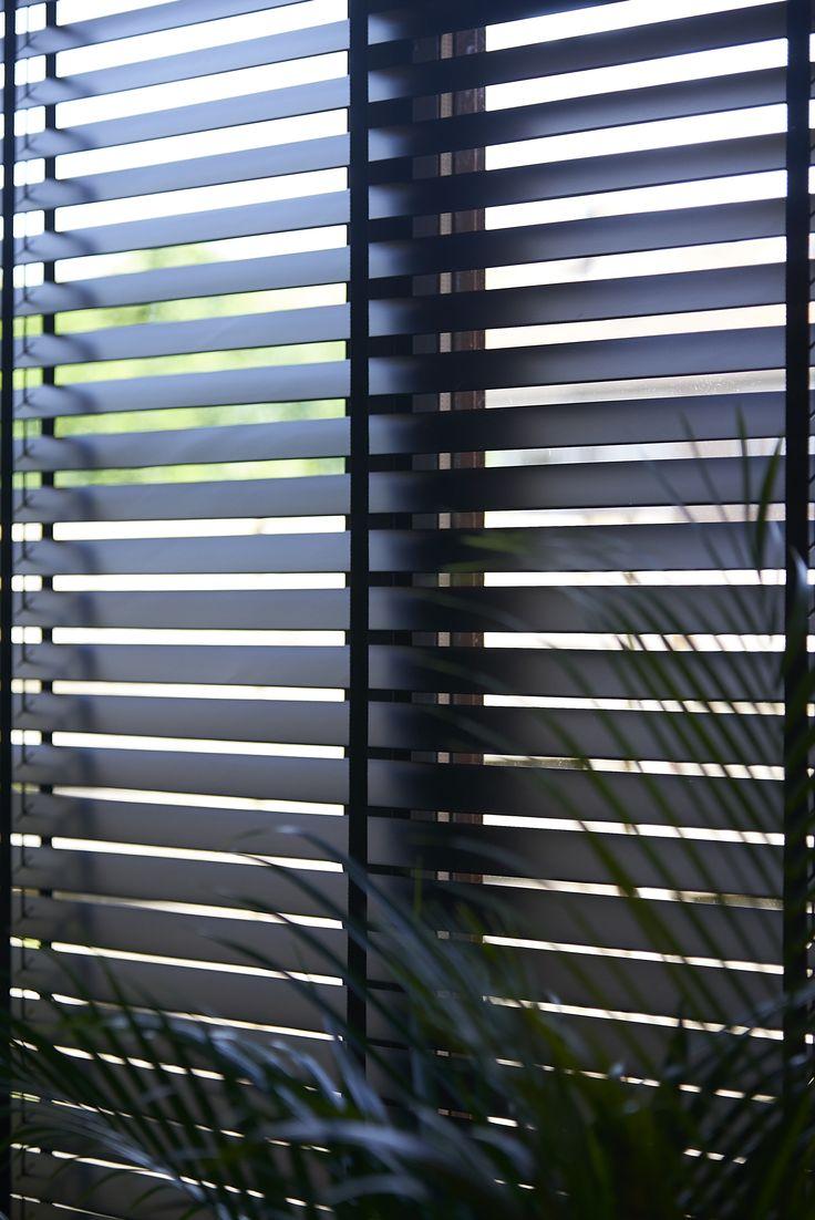 Kwantum - De jaloezieën 'Hetty' van Kwantum zorgen voor de ideale lichtinval in huis. De raambekleding is makkelijk verstelbaar en ideaal als zonwering in de zomer of extra isolatie in de winter. De raambekleding is verkrijgbaar in zwart en roomwit. Daarnaast biedt Kwantum de mogelijkheid om je ramen precies te laten inmeten en de jaloezieën bekwaam te laten ophangen.