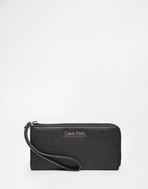 Calvin Klein - Portafoglio con zip su tre lati e cinturino da polso borchiato