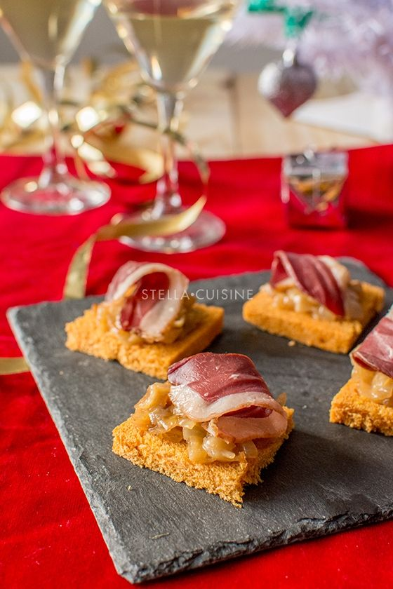 Toasts aux oignons caramélisés et magret de canard (Toast with caramalised onions and smoked duck breast