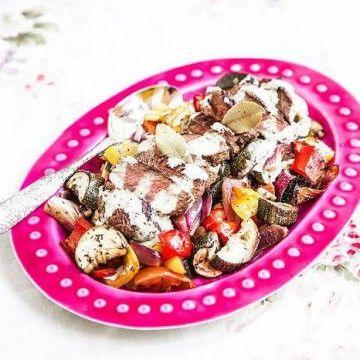 Biff med ugnsbakade grönsaker och grön parmesancrème - Recept - Tasteline.com