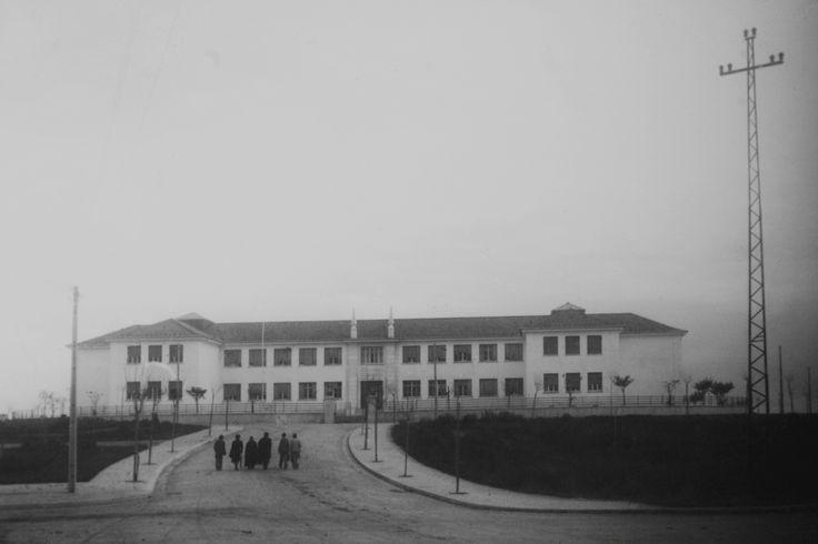 Inaugurado no ano lectivo de 1943/1944, recebeu os primeiros alunos ainda sem uma completa instalação eléctrica. Projectado pelo arquitecto José Costa Silva, começou a ser construido em Dezembro de 1939, com um orçamento inicial de 4 100 contos, pouco mais de 20 mil euros à cotação actual. Por decisão governamental, no final de 1947, passou a designar-se Liceu Nacional de Santarém.  Foto do Estúdio Grandela Aires