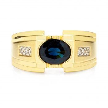 Мужской перстень из желтого золота с сапфиром и бриллиантами.