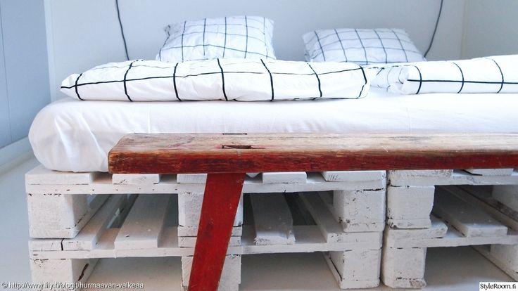 HurmaavanValkeaa rakensi sängyn 8 eurolavasta. #diy #makuuhuone #sänky #kuormalava #pallet
