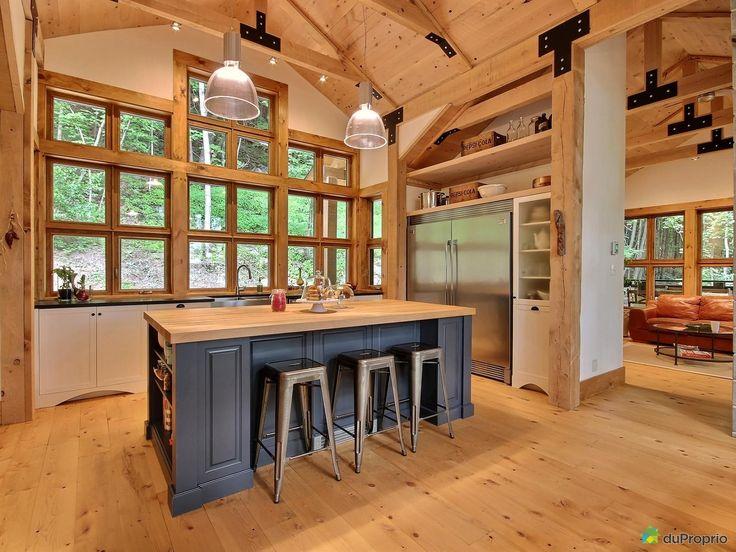 Unique résidence de style Craftsman conçue par un architecte et une designer. Grand terrain boisé de plus de 3 acres offrant beaucoup d