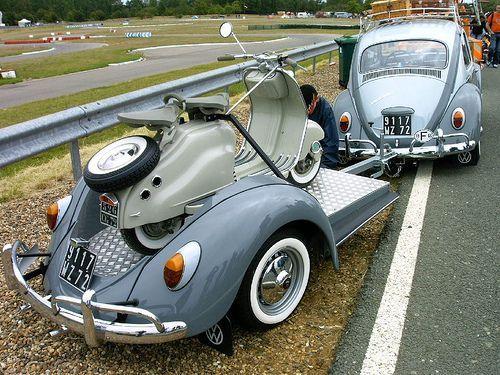 Oldtimer-Roller auf Custom-Anhänger aus einem VW-…