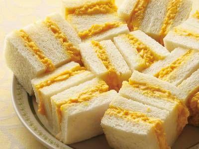 土井 善晴さんの食パンを使った「たまごサンド」のレシピページです。食べごたえがあって、食べ飽きないやさしい味に、どこか懐かしさを感じるサンドイッチです。 材料: 食パン、スクランブルエッグ、からしバター、マヨネーズ