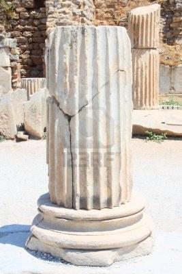 Fragmento de una columna en la ciudad de Efes, Turquía