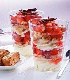 Flottes Erdbeer- Mascarpone-Träumchen Rezept: Erdbeeren,Limette,Zucker,Cantuccini,Mascarpone,Magerquark,Milch,Borkenschokolade