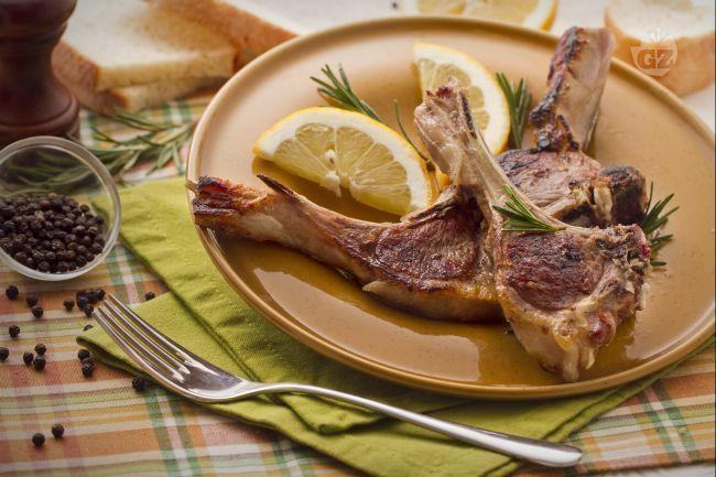 L'Abbacchio a Scottadito è una ricetta regionale tipica del Lazio a base di gustose costolette di agnello grigliate.