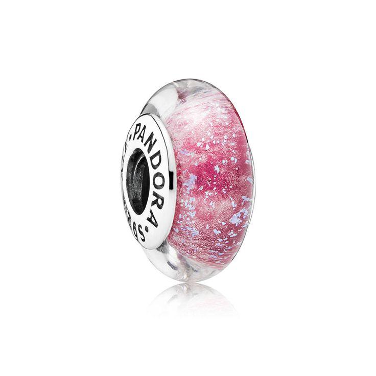 Ten piękny różowy charms wykonany z prawdziwego szkła Murano doskonale odzwierciedla wolnego ducha i żywiołowość Anny. Urzekający kolor purpurowy nie tylko pasuje do jej peleryny, ale kojarzy się również ze współczuciem i życzliwością, które były charakterystyczne dla tej księżniczki. Co więcej charms świeci się w ciemności! Charms dostępny w limitowanej edycji. EDYCJA LIMITOWANA