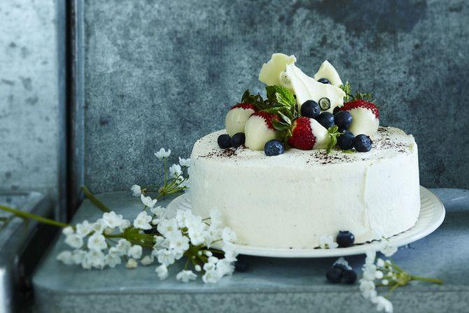"""Tässä on juhlien kuningatar, """"the kakku"""", jota kelpaa tarjoilla kaikista tärkeimmissäkin juhlissa. Tyylikkään kakun salaisuus on yksinkertainen: ripaus kar"""