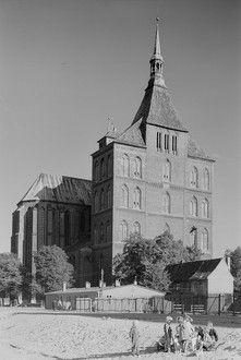Rostock. Hauptpfarrkirche St. Marien, Westwerk der Marienkirche von der Langen Straße aus gesehen, links das nördliche Querhaus Bild: Peter, Richard sen. (Fotograf) (1970)