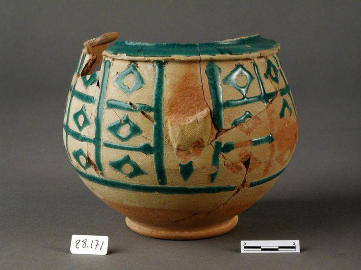 """Jarrón fragmentado decorado con motivos geométrico, técnica de """"cuerda seca"""". Periodo almohade (1157-1288). Localizado en la Alcazaba de Almería."""
