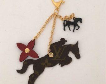 Louis Vuitton springen paard tas charme sleutelhanger! Paard Lover's Gift!  Auth Louis Vuitton Canvas, gouden Toon hardware en charmes *