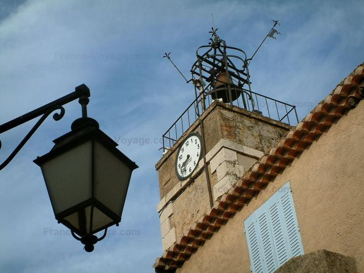 Tourtour lampadaire en premier plan tour surmont e d 39 un - La maison du fer forge ...