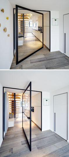 Deze stalen taatsdeur met een scharnier in het midden is een mooie toevoeging aan uw huis. Kijk op stalendeuropmaat.nl voor meer informatie