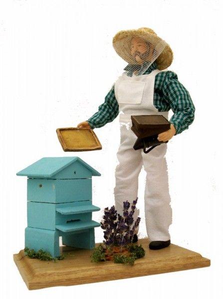 L'apiculteur, artisan récoltant le miel de ses ruches installées à la sortie d'un village de Provence, en bordure d'un champ de lavande.