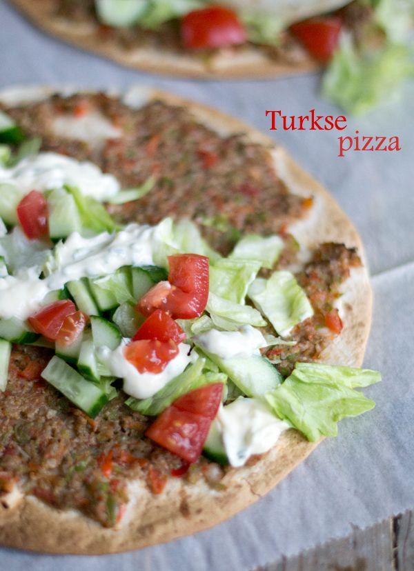 Het is zondag, en tijd om te snacken. Niet met een patatje, frikadel of kaassoufflé (die ik zonder problemen alle drie zo zou opeten) maar met Turkse Pizza. Vandaag geef ik je het recept voor een overheerlijke homemade Turkse Pizza. De lekkerste. Als je het mij vraagt. Overweeg dit dus zeker om vanavond te eten,... LEES MEER...