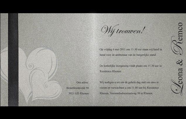 chique trouwkaart met hartjes in zilver parelmoer en met zwart lint.