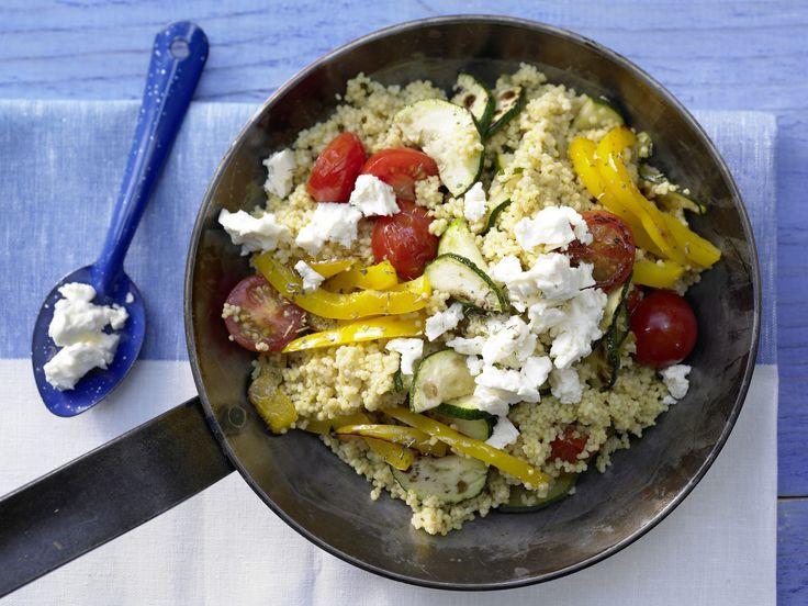 Hirse-Gemüse-Pfanne - mit Kirschtomaten und Schafskäse - smarter - Kalorien: 370 Kcal - Zeit: 40 Min. | eatsmarter.de Diese Hirsepfanne mit Feta könnten wir täglich essen.