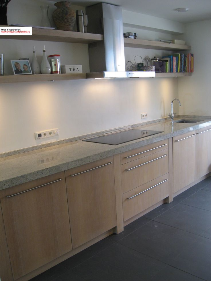 Oak kitchen, modern design. White granite top with oakl shelves. Moderne keuken met eiken fronten en legplanken. Graniet kashmir white. door www.myhouse-amsterdam.nl