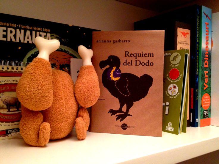 """""""Requiem del dodo di Arianna Gasbarro (…) è un libro che racconta cose tristi con surreale allegria, paradossi e grandi chiacchierate davanti a delle birre. Ci sono molti vermi, anche. Di solito ai vermi non è bello pensare, ma qua hanno un peso decisamente rilevante per l'ordine del mondo. I vermi servono a Mattia – il regista – e a Mia – la tomba-sitter/dodo-comparsa. E anche a voi saranno utili"""" (Intervista ad Arianna Gasbarro a cura di Tegamini)."""
