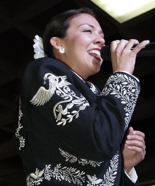 Lupita Infante, con el carisma y excelente voz que la caracterizan.