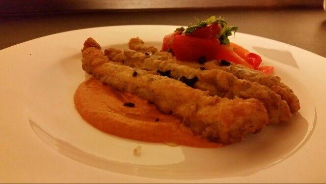 Pollo in pastapanella su crema di peperone rosso e menta