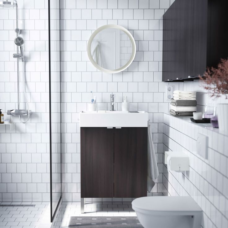 Ein kleines Badezimmer mit LILLÅNGEN Waschkommode mit 2 Türen in Schwarzbraun und schwarzbraunen Wandschränken