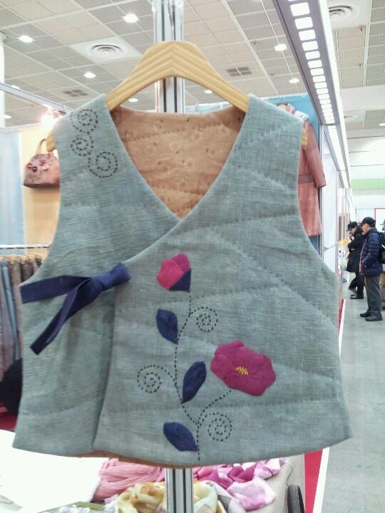 한국적인 색감으로 염색한 조끼