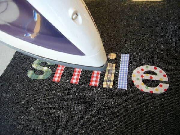 製作中のレッスンバッグにつけるオリジナルのローマ字アップリケについて、 作り方をご紹介します。  好きな布でローマ字ワッペンが作れるので、いろんなものに使えますよ。       まず、アップリケする文字をパソコンで反転プリントアウトします。  今回は「smile」をA4に反転プリントしました。        プリントアウトした反転文字の輪郭を、両面接着ペーパーに鉛筆でうつし、 布にアイロン接着します。        輪郭にそってハサミで切り取ります。  今回は一文字ずつ違う布で作ります。        両面接着ペーパーを剥がし、       アップリケする布にレイアウトしてアイロン接着します。        文字の周りをミシンでアップリケステッチします。 手刺繍でブランケットステッチでとめても、手作り感が出てか...