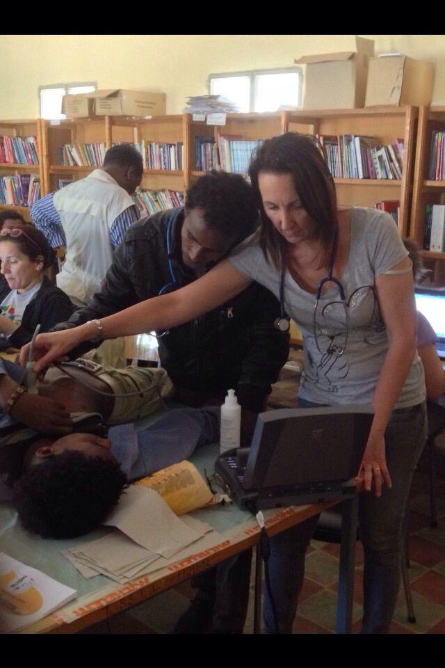 È proseguito durante le visite ai ragazzi anche il training dello staff medico locale, perchè possano continuare le visite di prevenzione anche quando saremo tornati in Italia.