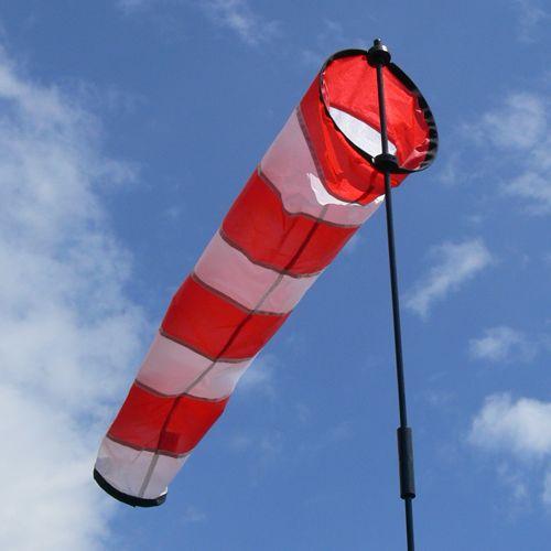 Le vent et la pluie sont des facteurs limitant en drone. Pour le vent, c'est plus particulièrement le cas en bord de mer. Un drone est conçu pour voler jusqu'à certaines limites météorologiques, données par le fabriquant: sans pluie, vitesse de vent limite, fourchette de températures… 20 km/h représentent déjà un vent important pour un quadricoptère. Au-delà des limites prévues, le risque de crash est plus important, que cela soit en vol et à l'atterrissage.