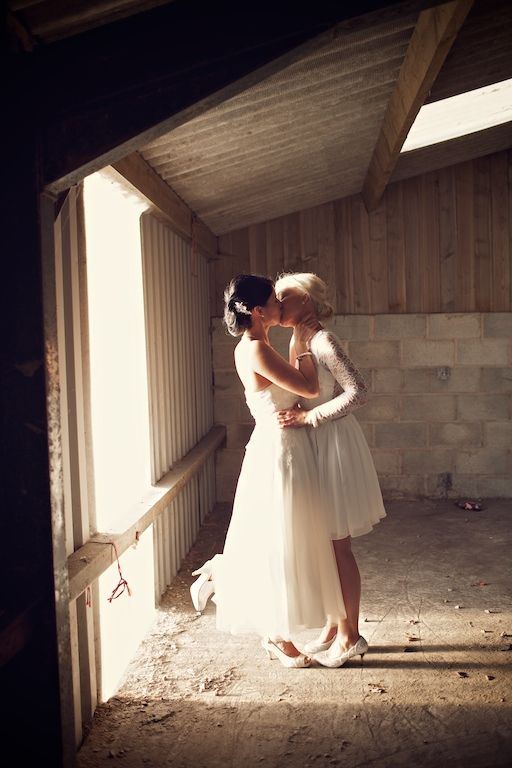 darling newlywed kiss | image via: rock my wedding