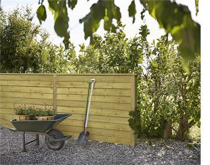 Slap af, nyd roen og havens fuglekvidren. Vælg et klassisk plankehegn og du er sikker på at have god læ i haven.