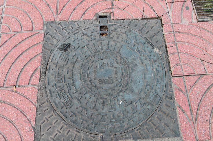 Barcelona 2014 De putdeksel is een van de meest interessante en ondergewaardeerde producten uit de industriële beschaving. De vormgeving en de decoraties zijn van onbekende kunstenaars uit het verleden en vertegenwoordigen de iconografie van een bepaald gebied en een bepaalde historische periode.