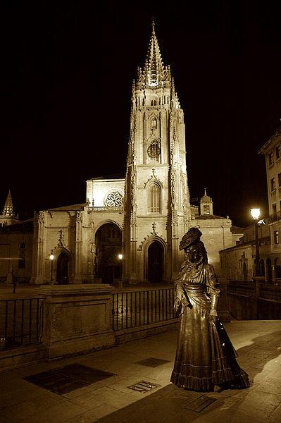 Estatua de La Regenta, personaje literario de Alas Clarín y Catedral de Oviedo al fondo (Gótico Siglo XVI). La Cámara Santa en la Catedral, Patrimonio de la Humanidad, acoge el Tesoro Catedralicio.