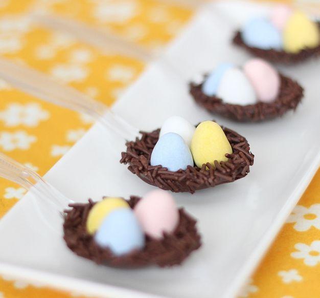 Eerder hadden we al chocoladelepels, maar deze leuke choco spoons zijn ook leuk voor Pasen! Dit recept komt van deze blog. Het is vooral leuk als de chocolade eieren een kleurtje hebben! Smelt de chocolade (in kleine chips) in een magnetronbestendig bakje, 40 seconden in de magnetron. Dit kan natuurlijk ook au bain-marie. Roer de chocolade goed door zodat […]