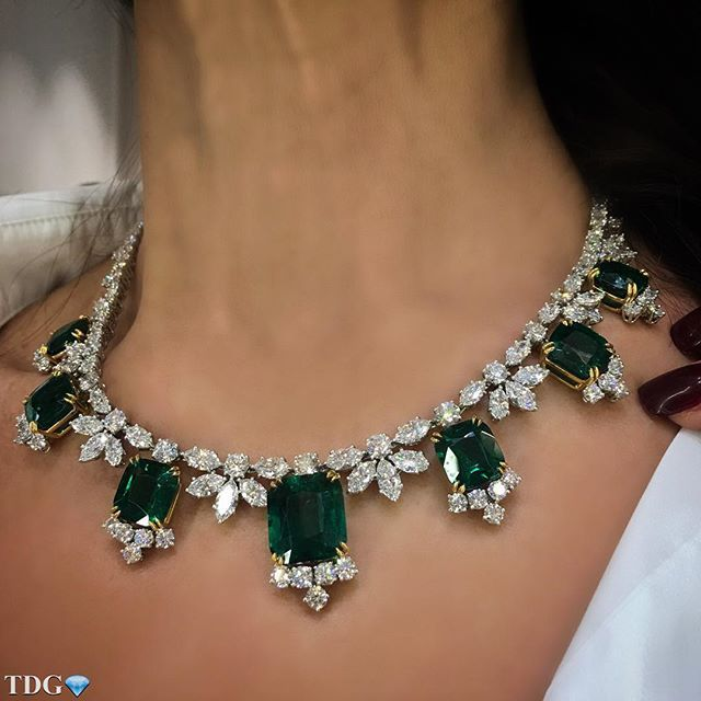 HEAVEN. THAT'S THE ONLY WORD I CAN THINK OF TO DESCRIBE THE FEELING OF HAVING A @HARRYWINSTON EMERALD AND DIAMOND NECKLACE ON!!! Pure heaven!!! Majestic emeralds, and iconic HW design, bravo @harrywinston !!!! More