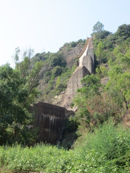 Belle boucle facile dans l'Esterel, grandes pistes faciles, avec visite des ruines du barrage de Malpasset. Circuit sur http://www.visorando.com/randonnee-boucle-vtt-vers-le-barrage-de-malpasset-/