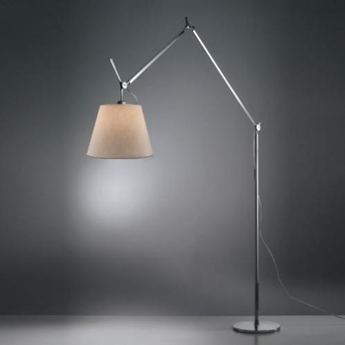 Vloerlamp artemide tolomeomegaterra perkamentde tolomeo mega van artemide, de stijlvolle staande lamp tolomea mega is een designlamp met verfijnde techniek van de italiaanse