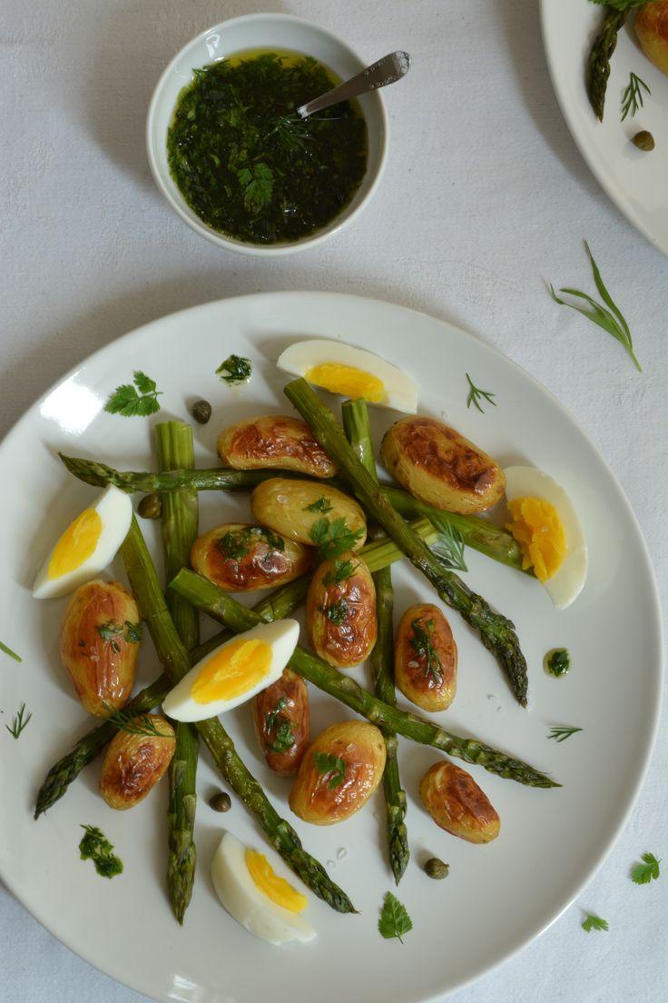 In de oven geroosterde asperges en aardappelen, op smaak gebracht met een kruidige vinaigrette. Deze makkelijke salade wil je opnieuw en opnieuw eten.