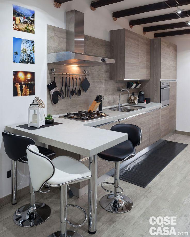 Nel mini appartamento di 30 mq, living e camera si alternano nello stesso ambiente. Il monolocale è organizzato in modo funzionale con soluzioni intelligenti: dal letto abbattibile a scomparsa, allo studio nella nicchia.
