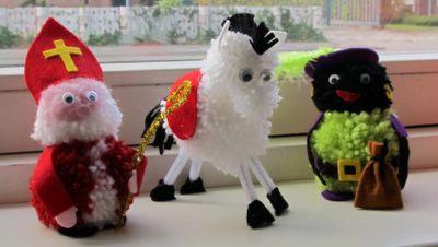 Sinterklaas met zijn paard en zwarte piet werkomschrijving op http://creatiefblogvandeweek.blogspot.nl/2011/11/sintknutsels.html