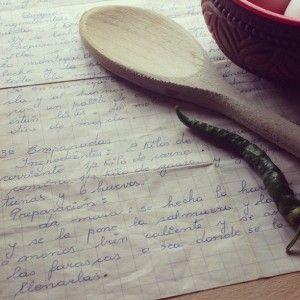 Oma-recepten zijn de beste recepten. Daarom hier een lekker én simpel empanadas recept van onze oma uit Chili. Hiermee heb je in no time een stapel lekkere pasteitjes op tafel staan. Que aproveche! (= Eet smakelijk!)