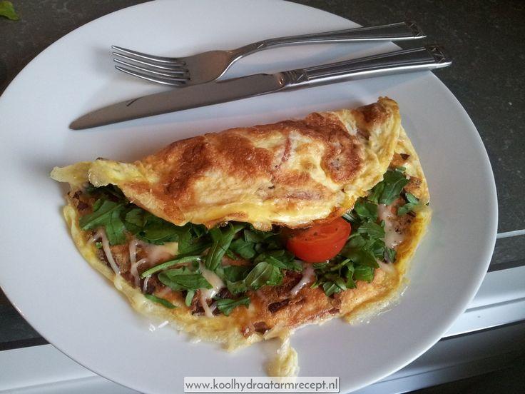 Omelet met gerookte spekjes, geraspte kaas, een handje rucola en twee kerstomaatjes. Een stevig ontbijt, want een verstandig mens ontbijt als een keizer!