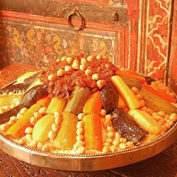 Aujourd'hui c'est vendredi !   Le vendredi est un jour particulier pour le peuple marocain comme pour tous les musulmans. C'est le jour de la grande prière à la mosquée du quartier mais au Maroc c'est aussi le jour du couscous.   Le couscous est un plat traditionnel à base de semoule, de légumes et parfois avec un peu de viande à partager en famille ou entre amis. Un véritable moment de partage et de détente le temps du déjeuner. Bon vendredi à tous !