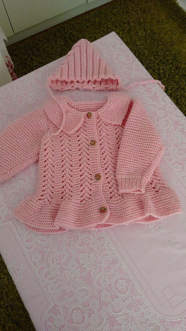Eine wunderschöne handgestrickte Baby Strickmantel und Mütze. Kuschelig, weich und warm. Neu, aus Acrylwolle. Passt für Kinder 74cm. Pflege: Handwäsche 30°C, im Liegen trocknen.
